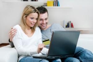 Para korzystająca z komputera